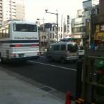 1つ目の信号、「BOOK OFF」さん、「ライオン堂」さん、「吉野家」さんのある交差点を渡り、ライオン堂の側の道路へ行く。