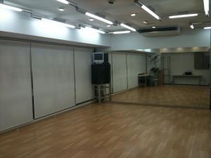 スタジオ内装(入り口から鏡を見た図)