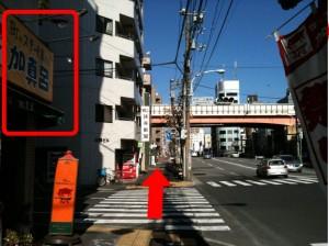今歩いている清澄通りの左手にある「ステーキ加真呂(カマロ)」さんを通り過ぎます。※清澄通り右側にいる場合は、引き続き首都高方面を目指してください。