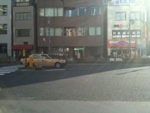 信号のある大通り(国道14号/京葉道路)に出たら、左折。